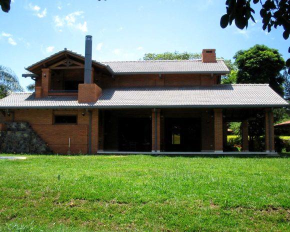 vivienda unifamiliar CDE. Country club casa ladrillos y tejas tradicional rústica