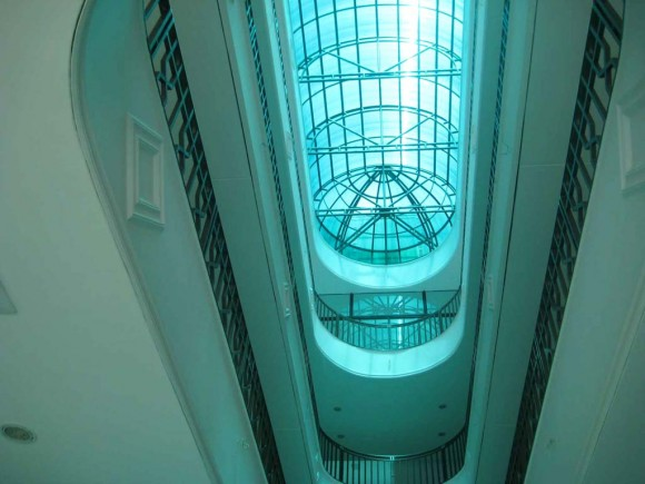 Eje lucernario Edificio comercial tipo Shopping, salones comerciales laterales
