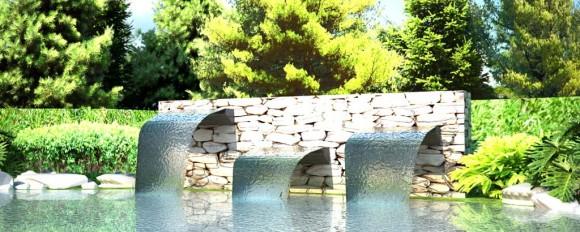 Piscina de grandes dimensiones con terninaciones tipo estanque natural; que incluyen zona de jacuzzi, deck sol, deck desayuno, cascada y agua.